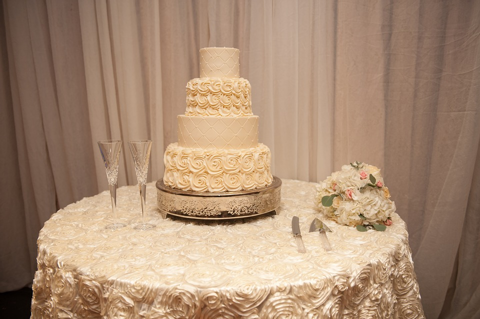 Select The Best Cake Table From Wedding Cake Table Supplier
