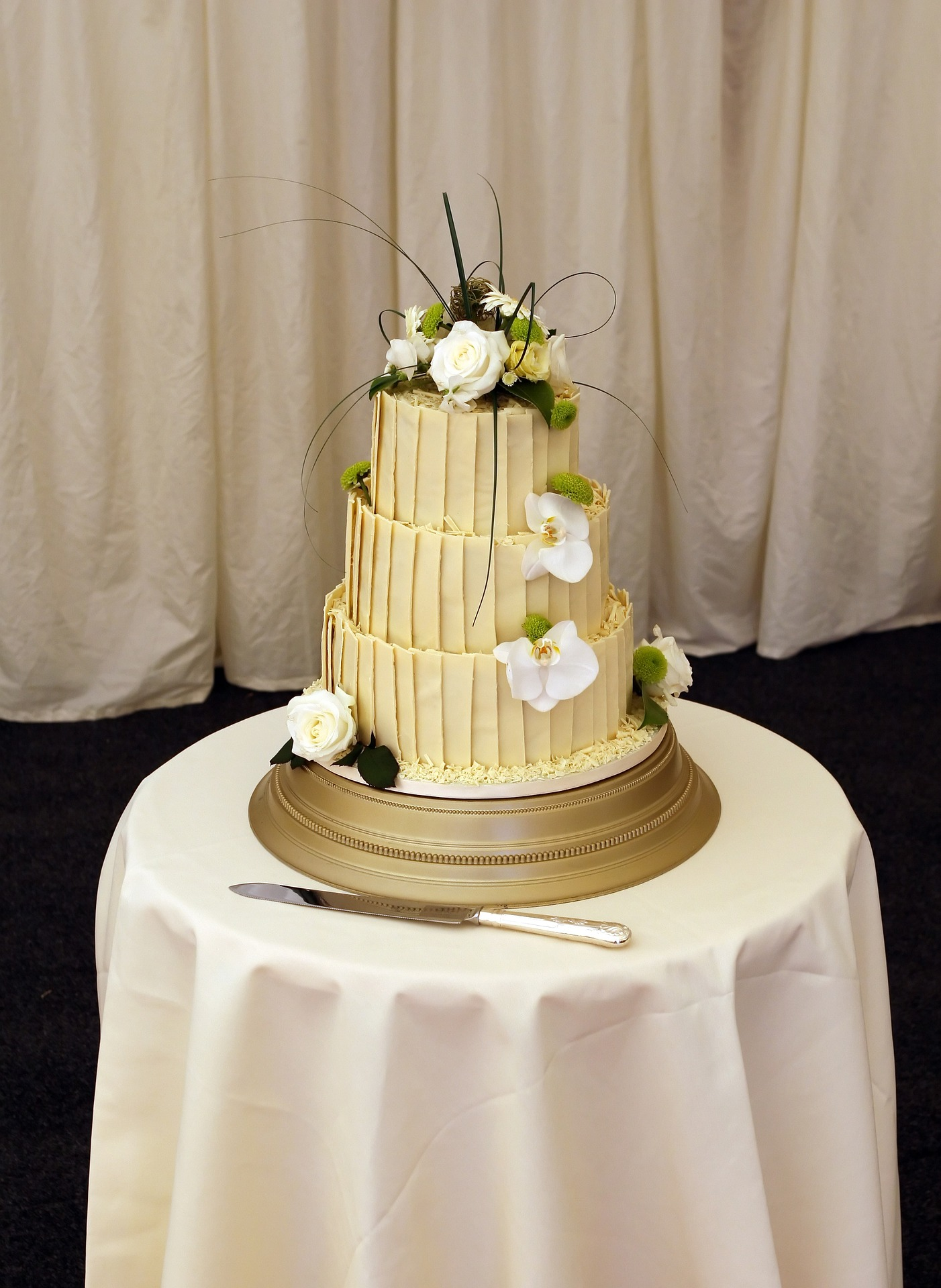 Finding A Wedding Cake Table Supplier For Your Theme